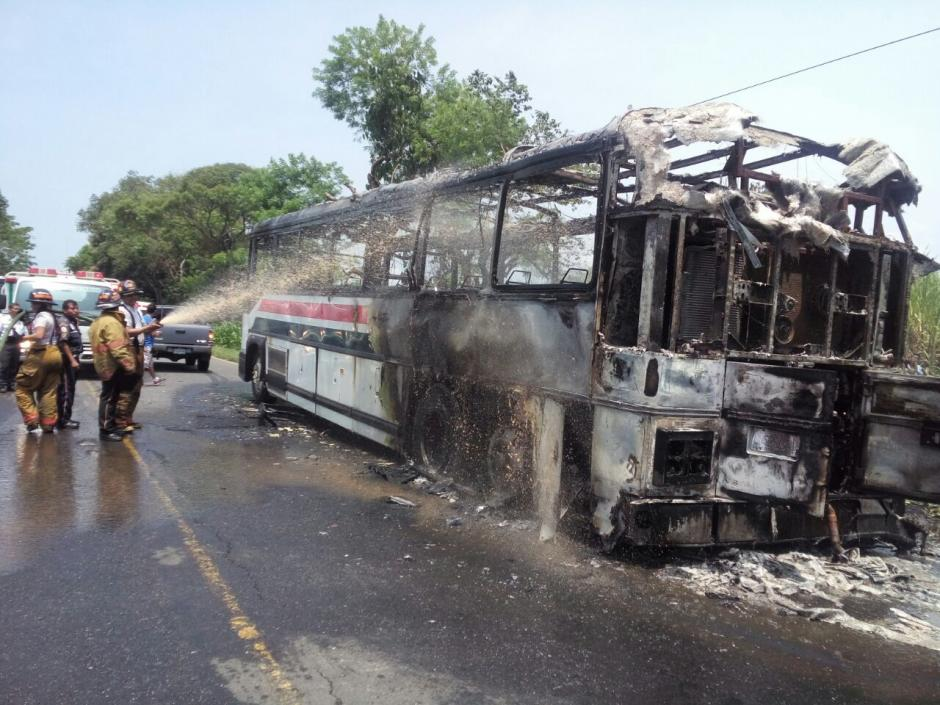 Un incendio consumió un autobús en la ruta entre Mazatenango y Retalhuleu. (Foto: @stereo100xela)
