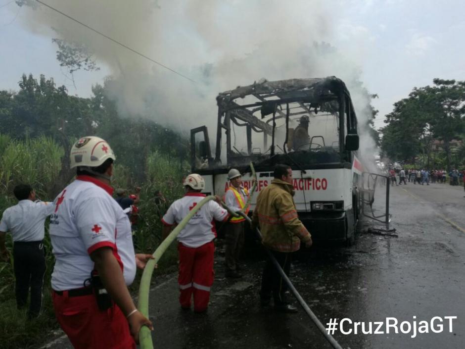 Un corto circuito habría provocado el incendio del autobús. (Foto: @CRGuatemalteca)