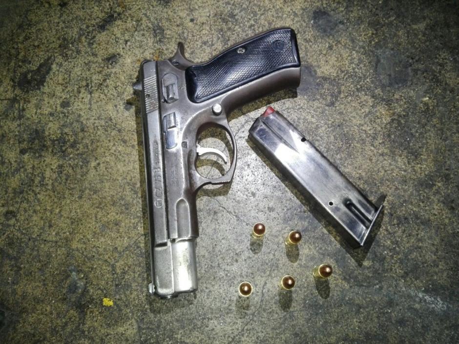 Esta pistola le fue decomisada al menor de edad capturado. (Foto: PNC)