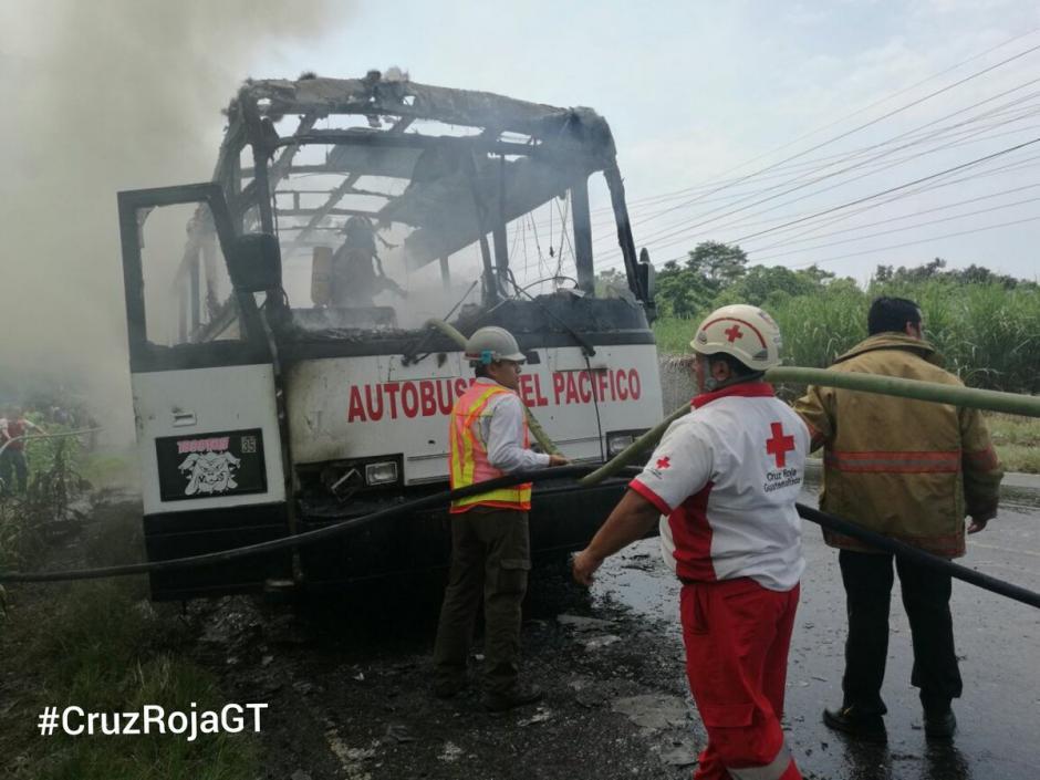 En el autobús viajaban al menos 30 personas que resultaron intoxicadas por el humo. (Foto: @CRGuatemalteca)