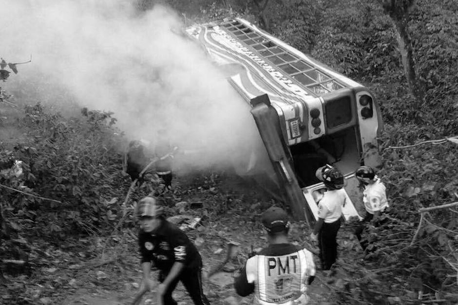 Una mujer murió esta mañana en un accidente de bus ocurrido en Villa Canales. (Foto: Bomberos Voluntarios)
