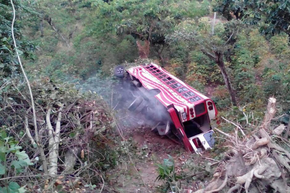 El piloto del bus propiedad de la empresa Transportes Aurora se dio a la fuga. (Foto: Bomberos Voluntarios)