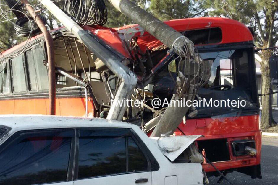 Un fuerte accidente se registró la mañana de este lunes donde se vio involucrado un bus. (Foto: Amílcar Montejo/PMT)
