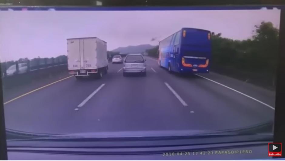 En una maniobra peligrosa pierde el control del bus. (Captura de pantalla: YouTube/Bheegi Palkein)