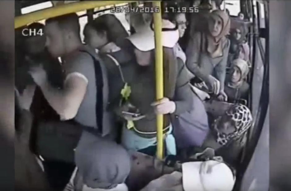 Un hombre se sobrepasa con una mujer y recibe una golpiza. (Captura de pantalla: YouTube/SRC-TV)