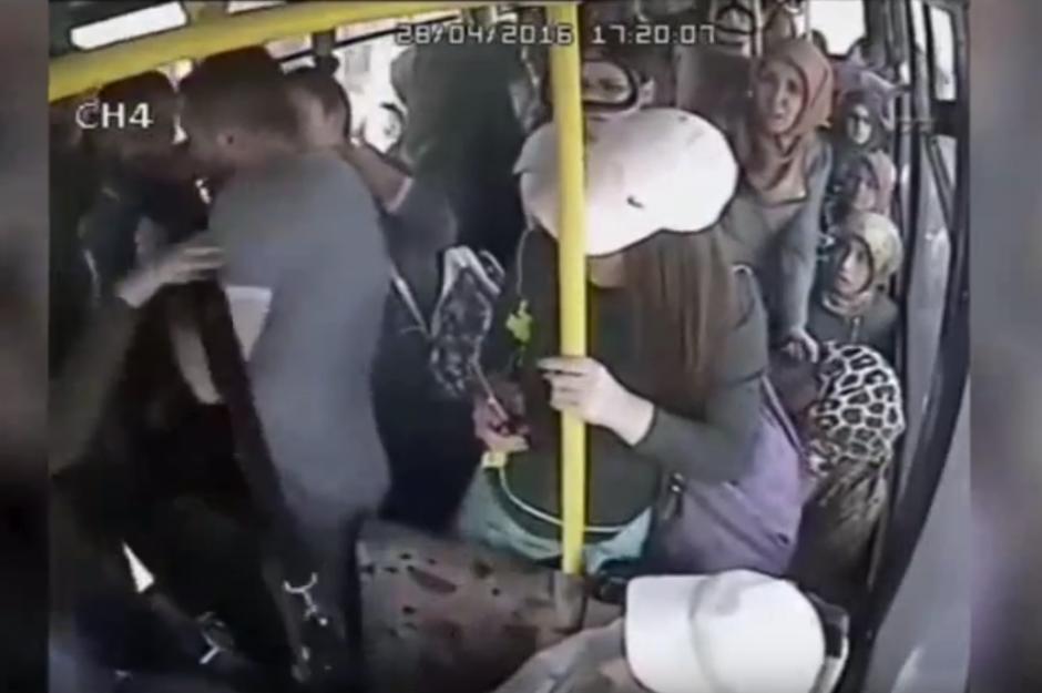 Varias mujeres en un bus golpean al acosador. (Captura de pantalla: YouTube/SRC-TV)