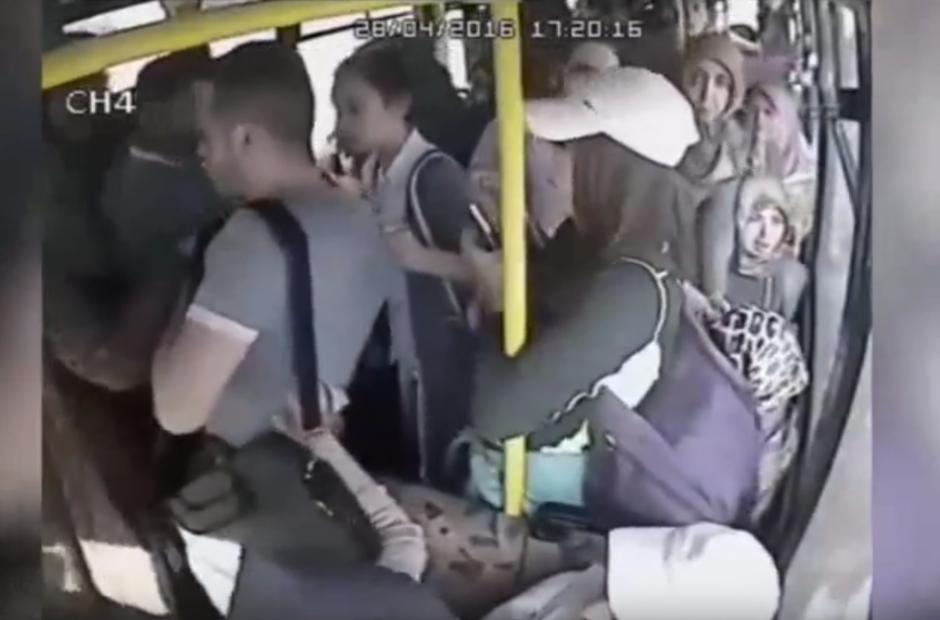 El hombre no logra escapar a los gritos y golpes de las mujeres. (Captura de pantalla: YouTube/SRC-TV)