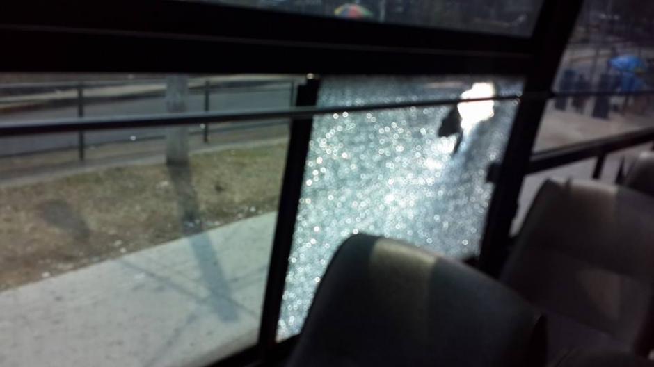 Una vista desde el interior del bus, el vidrio quedó destruido. (Foto: CSD-Suchitepéquez/Facebook)