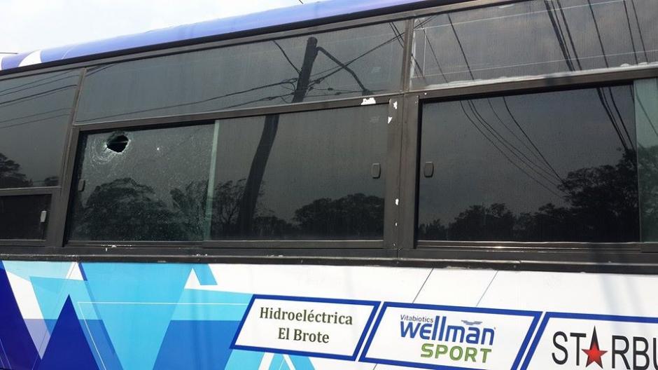 El bus sufrió daños materiales al finalizar el partido. (Foto: CSD-Suchitepéquez/Facebook)