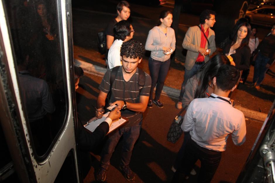 Cada estudiante debe presentar su carné para poder subir a los buses. (Foto: cortesía Conjuve)