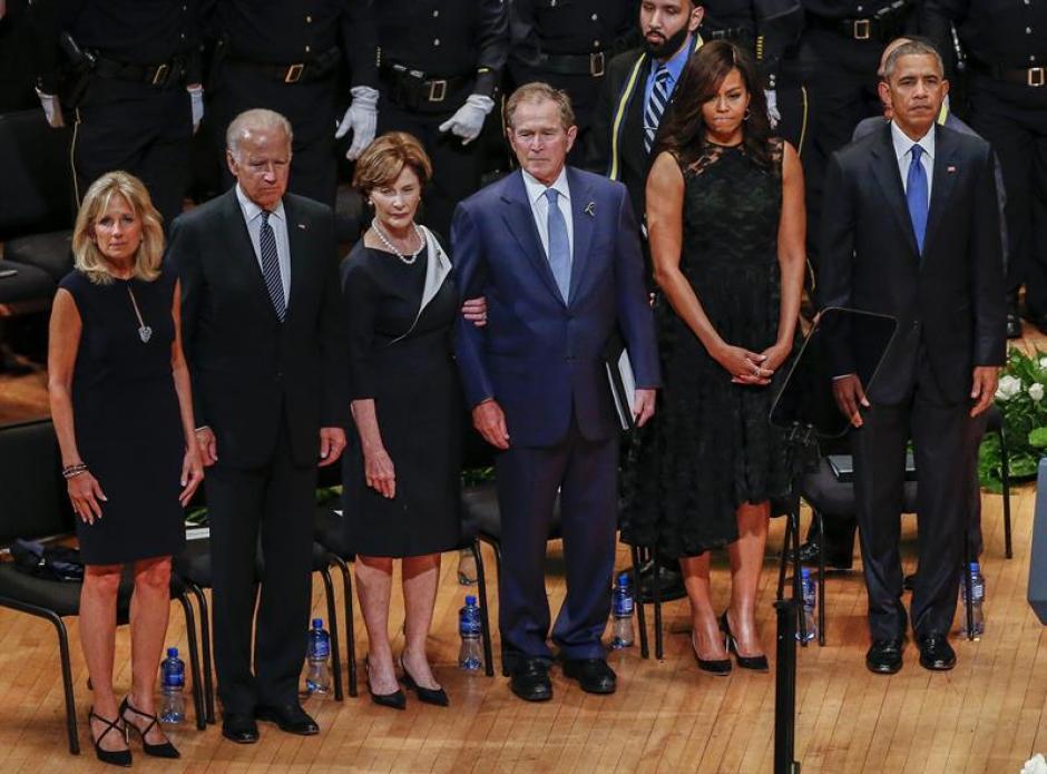 La actitud de George Bush llamó la atención de los asistentes al evento. (Foto: Efe)