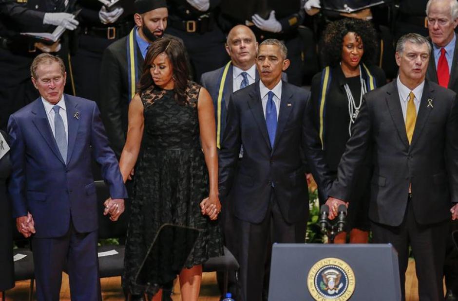 Durante un homenaje a los policías que murieron en Dallas, Texas el expresidente Bush realizó un extraño baile. (Foto: Efe)