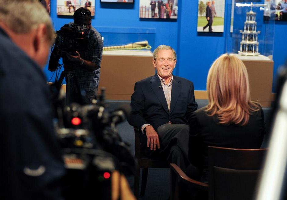 """A principios de abril presentó su exposición """"El arte del liderazgo"""", donde muestra retratos de los líderes políticos mundiales con quienes se codeó. (Foto: The Bush Center)"""