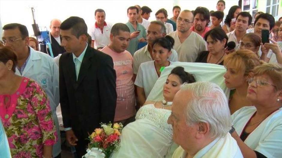 La novia vistió de blanco y el novio de traje formal. (Foto: Twitter)