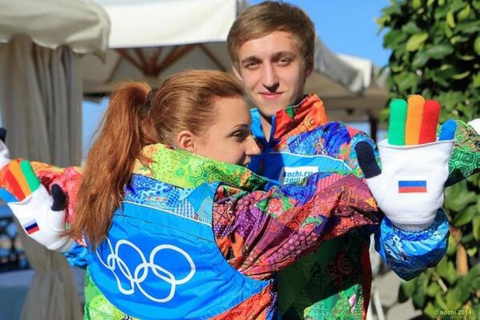 """Éste es el """"outfit"""" de los voluntarios de los Juegos, que es toda una amplia gama de colores y líneas. Lo cual se destaca incluso en la combinación de los guantes. Foto Sochi Olympic Org."""