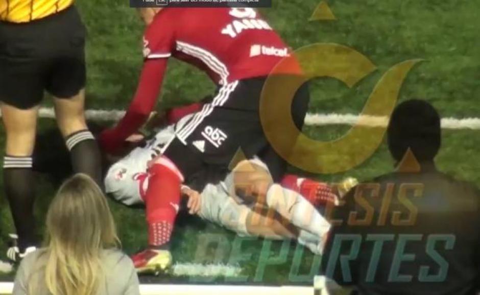 Yasser Corona auxilió a Diego Cruz en la cancha. (Foto: Twitter)