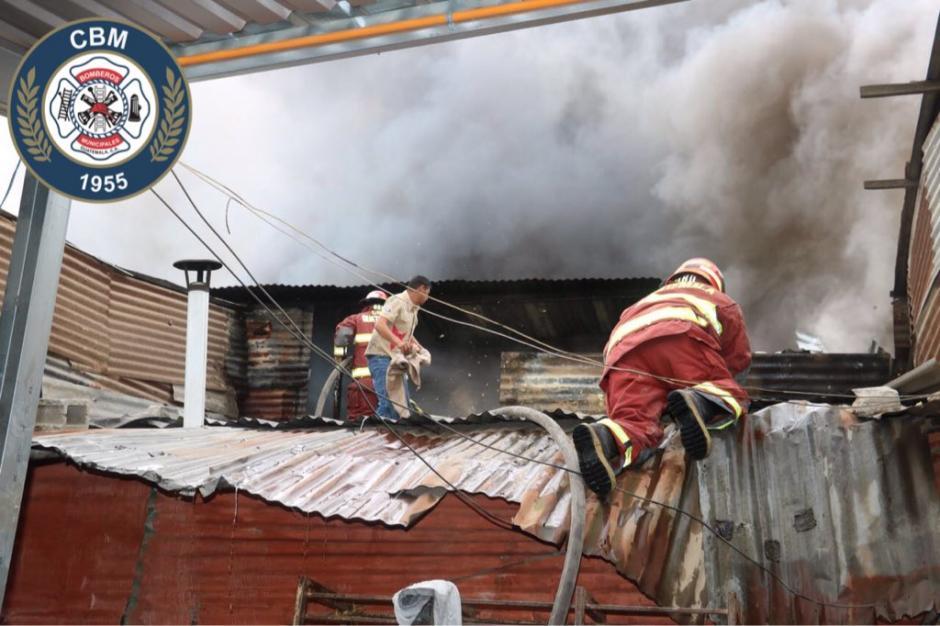 Las llamas han consumido varias casa y la amenaza crece minuo a minuto. (Foto: Bomberos Municipales)