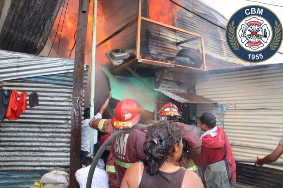 Bomberos buscan controlar el incendio en el asentamiento Manuel Colom Argueta. (Foto: Bomberos Municipales)