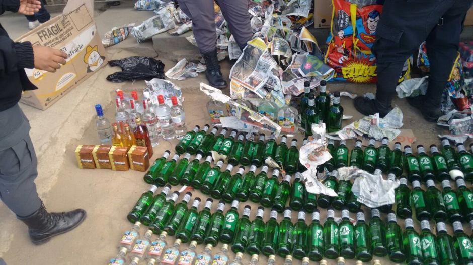 En total son 190 botellas de licor las que pretendían ingresar a Granja Penal Cantel. (Foto: @Erick Colop100)