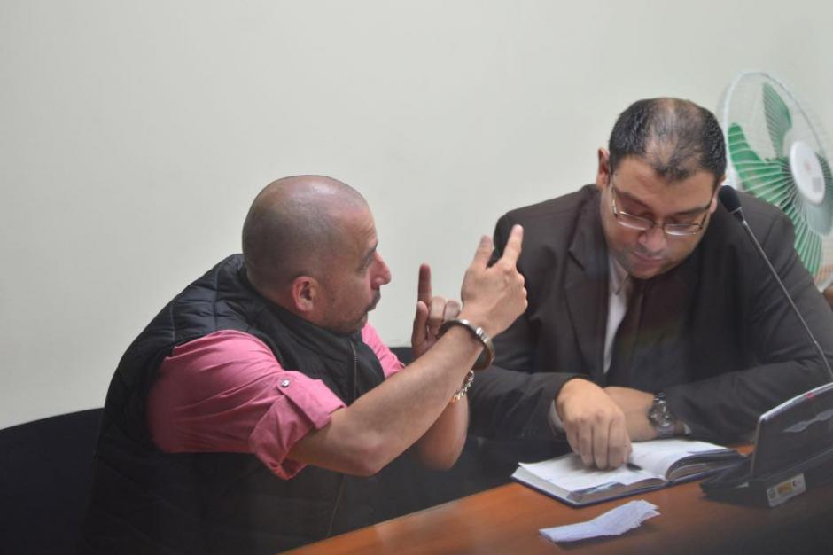 Monroy Meoño conversa con el fiscal asignado al proceso de extradición. (Foto: Jesús Alfonso/Soy502)