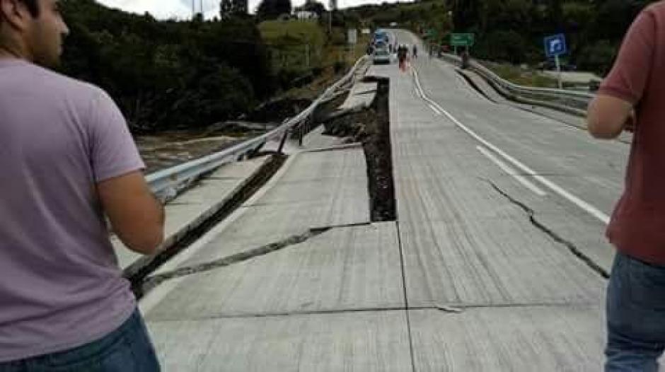 El terremoto causo destrozos en carreteras y puentes. (Foto: Twitter)