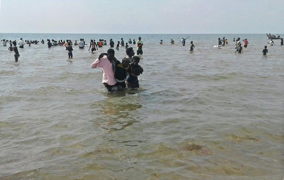 Pescadores y la Policía ayudaron en las labores de rescate. (Foto: Twitter)