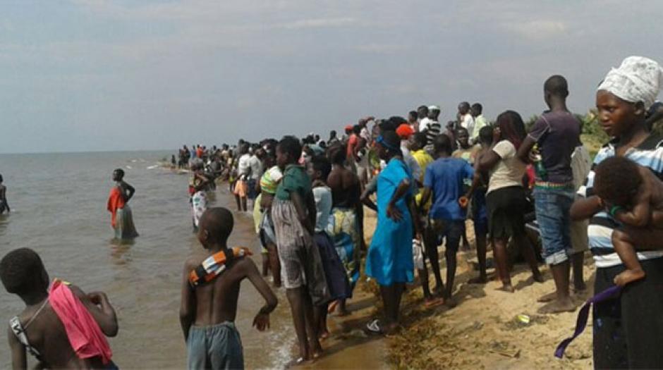 Cientos de personas esperan en la orilla de la playa por noticias de los desaparecidos. (Foto: Twitter)