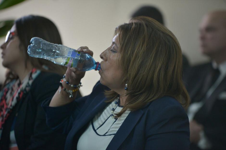 Anabella de León le suplicó a la jueza que le otorgará medidas sustitutivas para poder estar con su mamá que está muy enferma. (Foto: Wilder López/Soy502)
