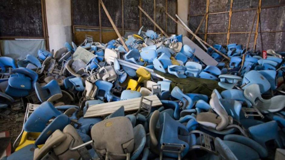 Las butacas fuero desprendidas y abandonadas. (Foto: Twitter)
