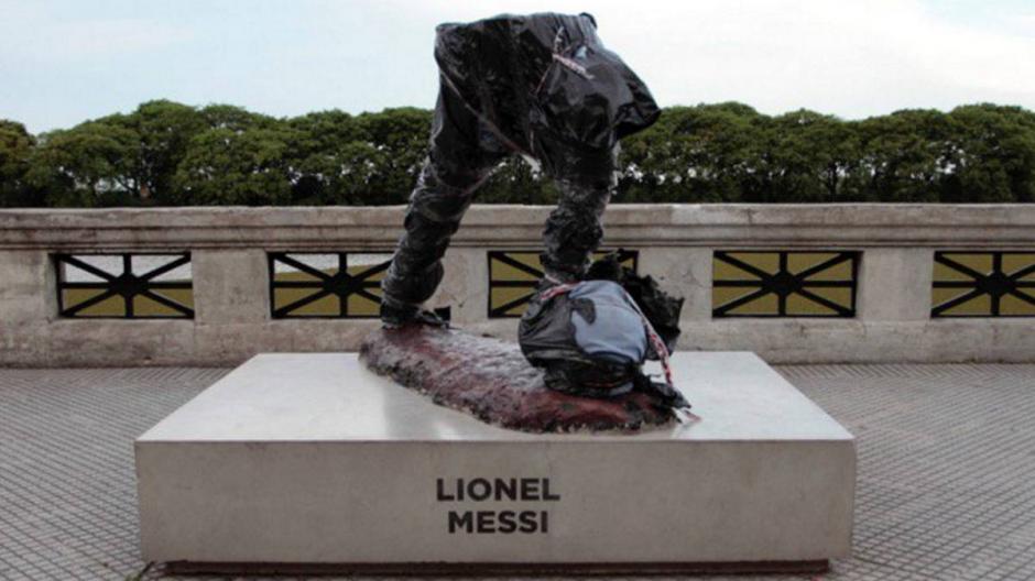 La parte superior de la estatua de Leo Messi fue destruida en Buenos Aires. (Foto: Twitter)