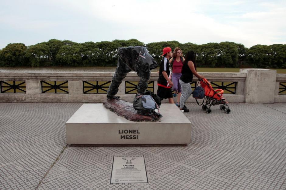 Vándalos destruyeron parte de la estatua de Leo Messi. (Foto: Twitter)