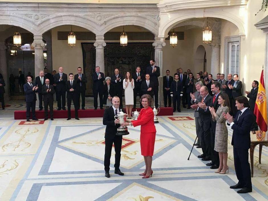 Iniesta recibe de las manos de la reina Sofía el premio al juego limpio. (Foto: Twitter)