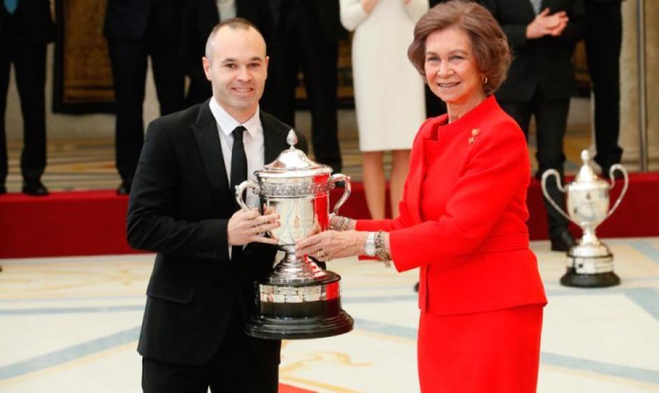 Iniesta fue galardonado por su ejemplo dentro y fuera de la cancha. (Foto: Twitter)