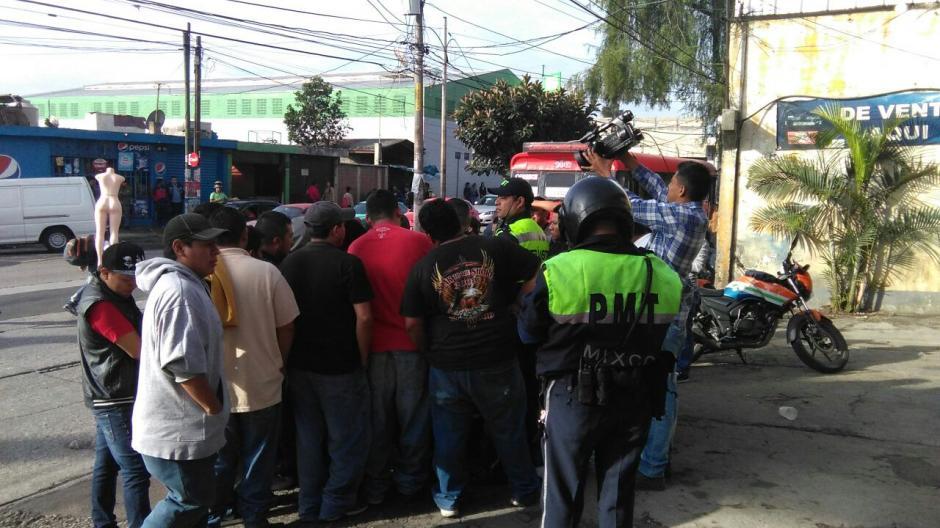 Vecinos de Mixco fueron afectados por la suspensión del servicio de transporte. (Foto cortesía: Municipalidad de Mixco)
