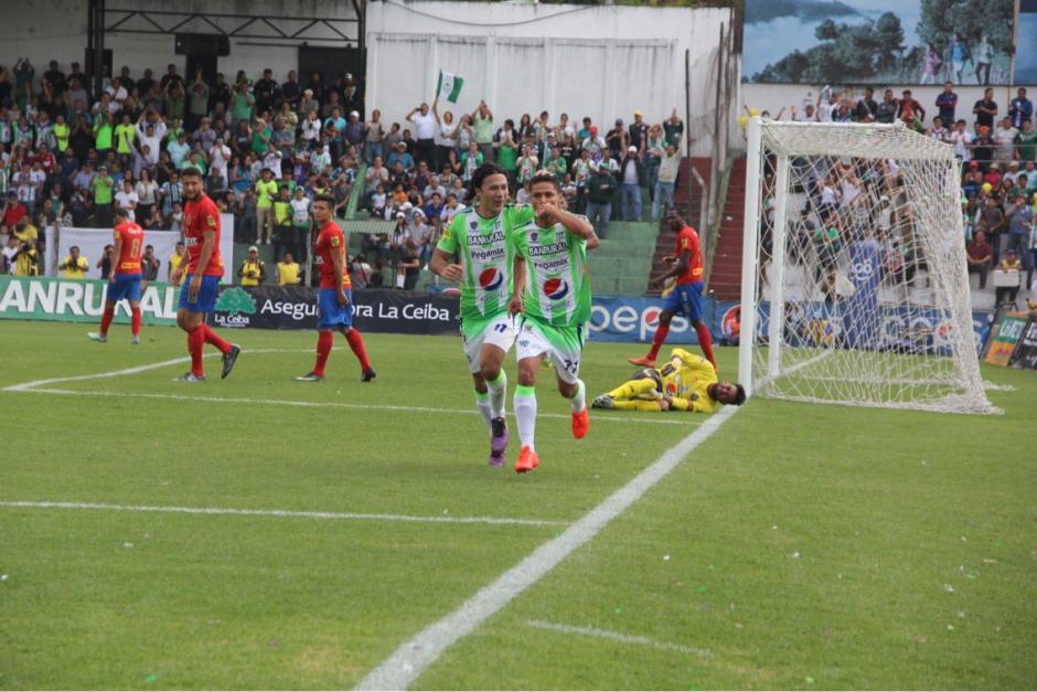 Jairo Arreola celebra su gol junto a Agustín Herrera. (Foto: Fredy Hernández/Soy502)