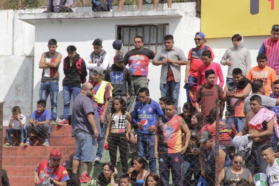 Varios aficionados rojos lograron entrar al estadio Pensativo y fueron rodeados por la seguridad del lugar. (Foto: Fredy Hernández/Soy502)