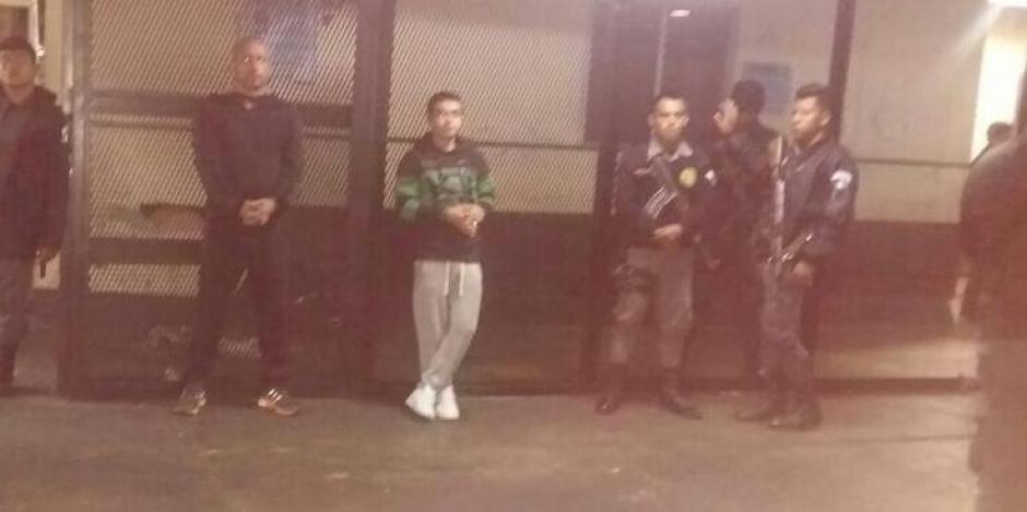 """Los reos Marlon Francesco Monroy Meoño alias """"Fantasma"""" y Alex Ricardo Cifuentes González fueron puestos a disposición por tener artículos prohibidos en prisión. (Foto: Sistema Penitenciario)"""