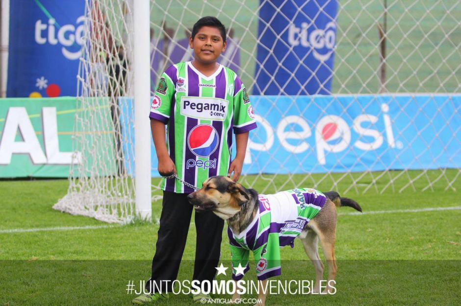 José y su perro Coby, vestidos con los colores de Antigua GFC. (Foto: Antigua GFC)