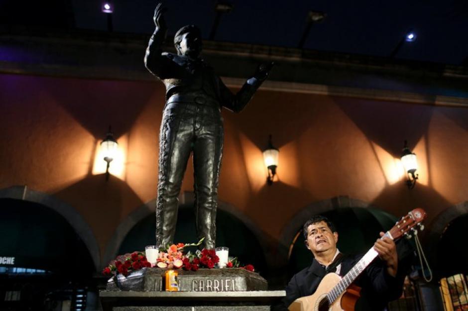 Los mariachis amanecieron cantando a los pies de la estatua de Juan Gabriel en la Plaza Garibaldi en la Ciudad de México. (Foto: AFP)