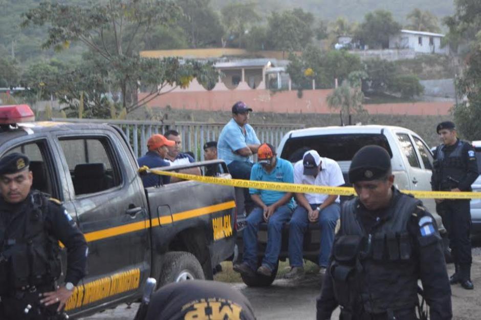 La PNC y MP informaron que siete hombres fueron capturados por el trasiego de cocaína. (Foto: PNC)