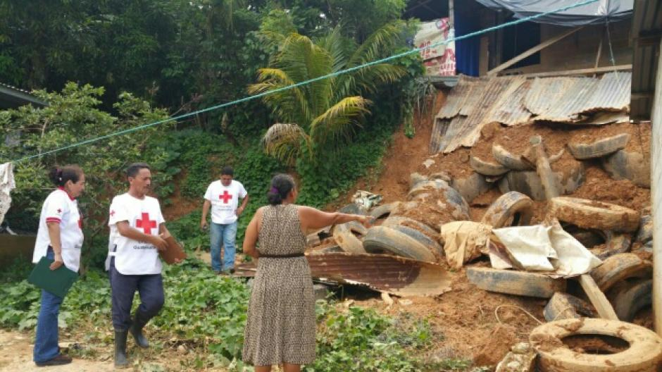 Otro incidente a causa de la lluvia se registró en aldea Milla Tres, Puerto Barrios. Una vivienda resultó con daños por el deslizamiento de tierra. (Foto: Cruz Roja Guatemalteca)