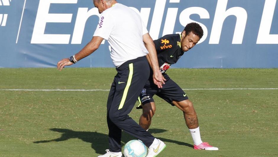 Neymar intentó hacer un caño a Tite, pero este no se dejó. (Foto: Twitter)