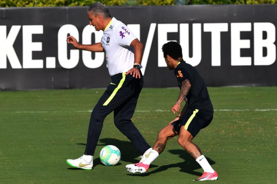 El técnico le mostró a Neymar que no siempre se puede burlar a los rivales. (Foto: Twitter)