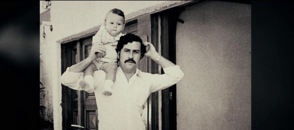 Sebastián y Pablo Escobar en una de sus mansiones en Colombia. (Foto: Twitter)