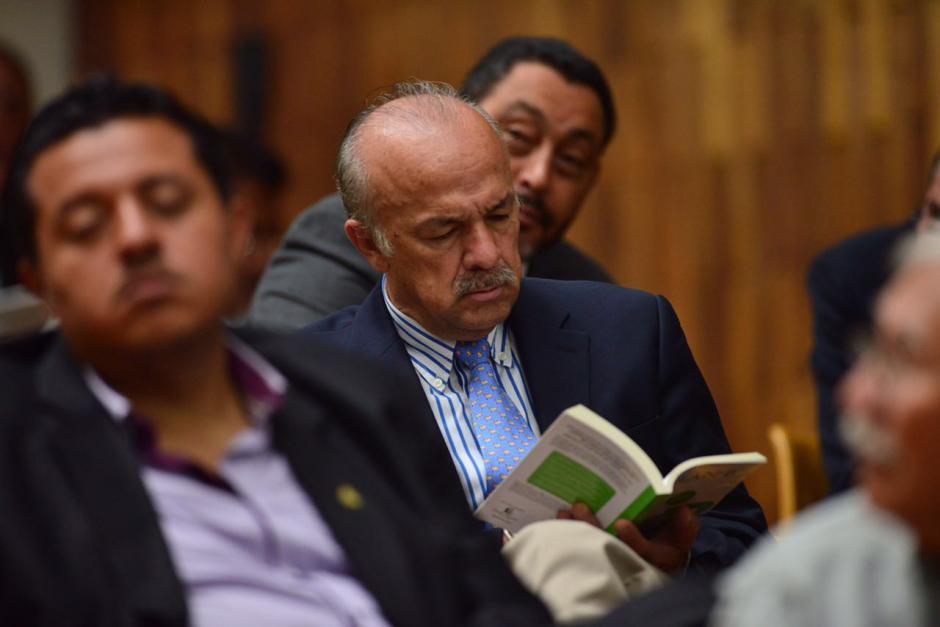 Algunos de los sindicados aprovechan el tiempo para leer. (Foto: Jesús Alfonso/Soy502)