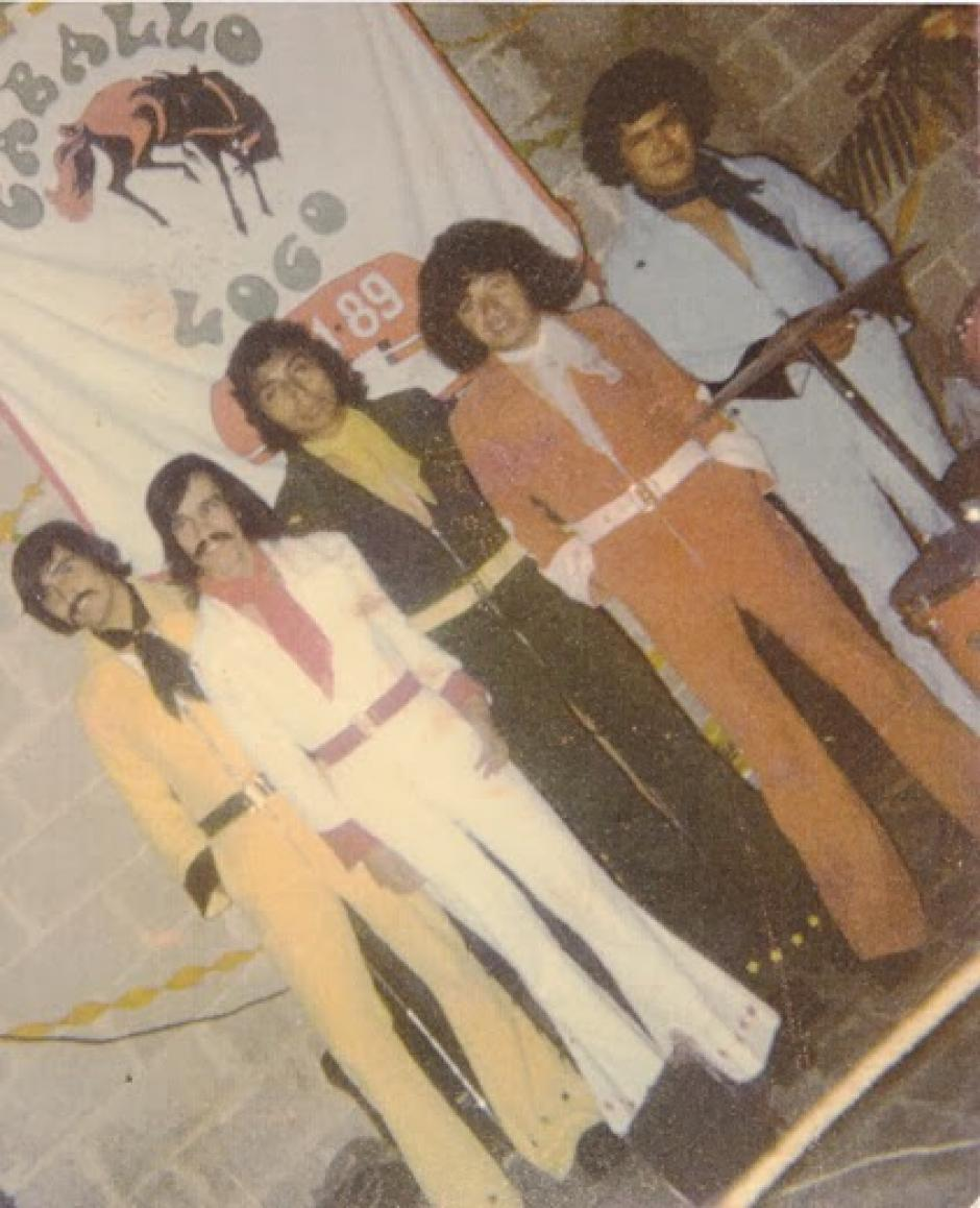"""Craker"" (de rojo) fundó junto a Raúl Maquín la banda ""Caballo Loco"". (Foto: lasentrevistasdeheidy.blogspot.com)"