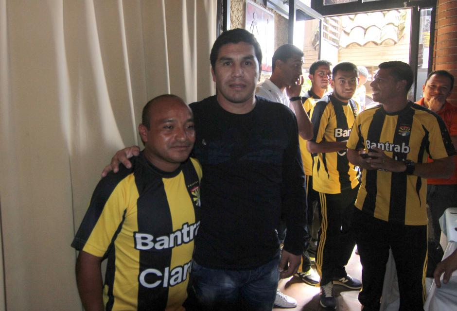 El futbolistas nacional, Hipólito Fuentes, del Club Aurora junto a Salvador Cabañas. Foto: Luis Barrios/Soy502)