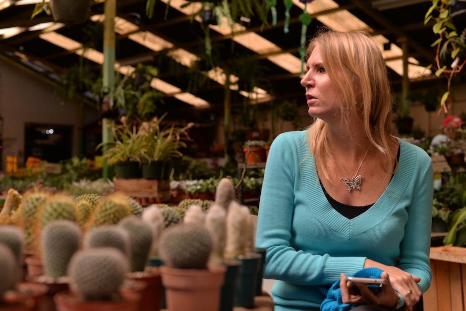 Ariane de López, de vivero Botanik, nos muestra todas las variedades. (Foto: Wilder López/Soy502)