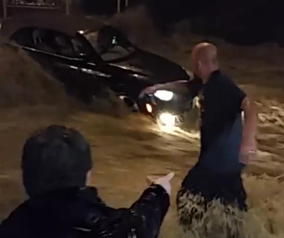 Una mujer se quedó atrapada en su carro en medio de las inundaciones. (Captura de pantalla: Sara Arditti/Facebook)