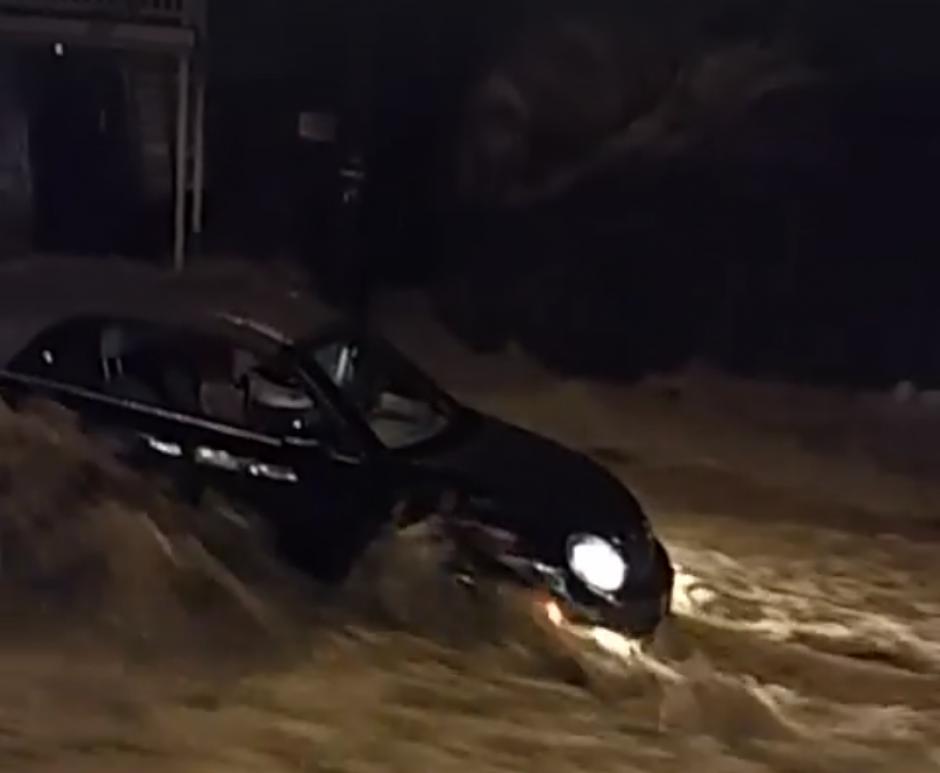 El vehículo era arrastrado por la fuerte corriente de agua. (Captura de pantalla: Sara Arditti/Facebook)